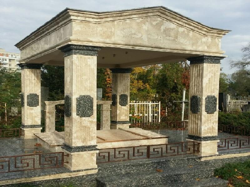Памятники и склепы